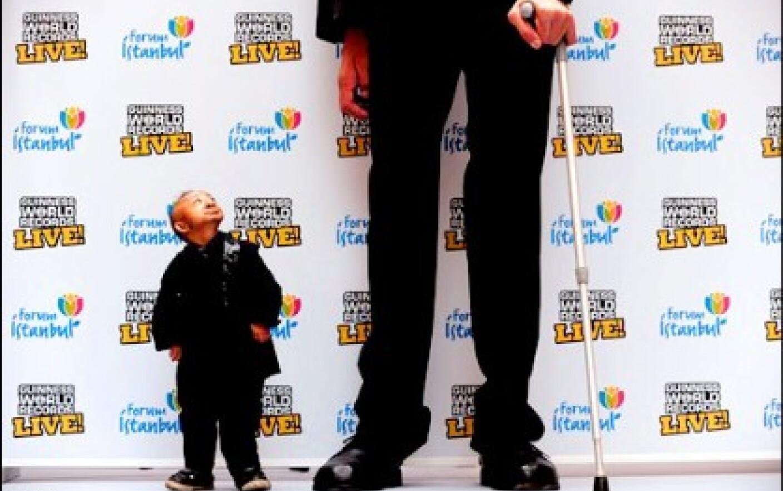 Cel mai mare om din lume intalne? te cel mai mic
