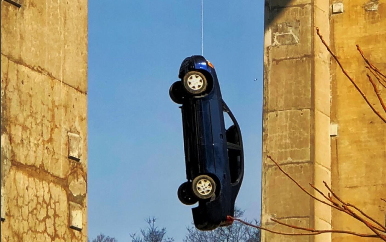 atârnând când este ridicat)