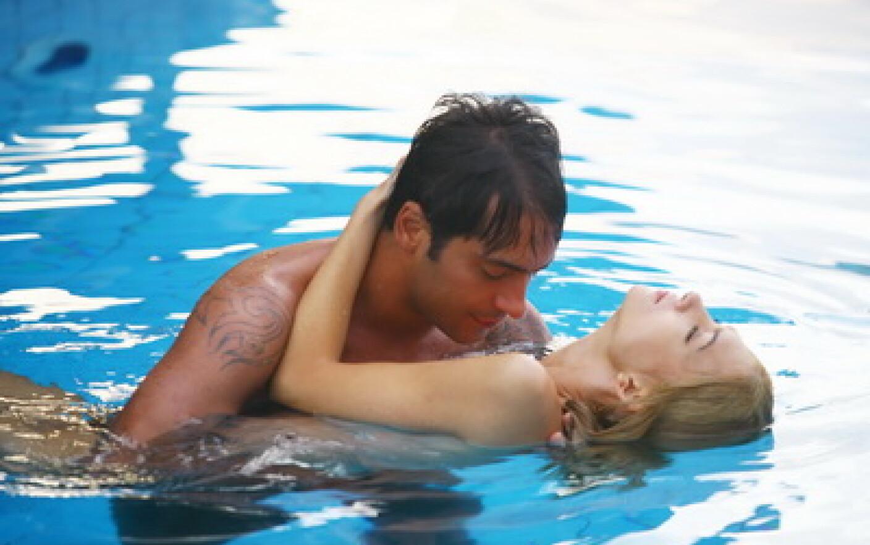 Секса красивый секс в бассейне онлайн девка небритой
