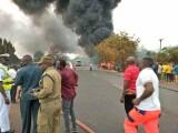 Peste 50 de oameni au murit când cisterna din care furau carburanţi a explodat. VIDEO