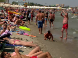 mamaia-atat-de-aglomerata-incat-oamenii-nu-mai-au-loc-pe-nisip-cat-a-ajuns-sa-coste-o-masa