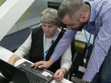 Pensionarii români învață să-și dea check-in pe Facebook și să comunice pe WhatsApp
