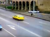 Momentul în care un șofer teribilist a intrat cu bolidul intr-o clădire istorică din Iași. VIDEO