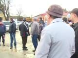Protest spontan într-o comună din Bihor. Oamenii sunt furioși pentru că drumurile sunt pline de gropi și de noroi