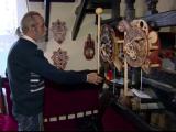 Un bărbat din Belarus construiește ceasuri făcute exclusiv din lemn