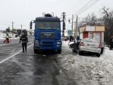 Accident grav în Neamț. O mașină a intrat sub un camion care transporta lemne
