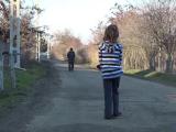 O fetiță de opt ani, găsită rătăcind între două sate, după ce mama sa ar fi bătut-o și ar fi alungat-o de acasă
