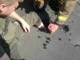 Operațiune de salvare pentru un tânăr rămas blocat cu piciorul în asfaltul topit