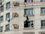 Momentul când o fetiță este salvată, după ce a rămas agățată la etajul cinci