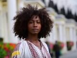 Cum au reacționat românii la un clip cu o femeie de culoare care poartă ie tradițională prin Londra