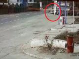 Momentul în care tânărul recedivist din Brăila lovește în plin doi oameni cu mașina, filmat de camere. VIDEO