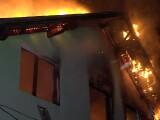 Bătrân salvat în ultima clipă de un vecin din casa în flăcări. De la ce a pornit incendiul