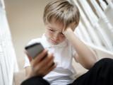 Minorii sub 16 ani vor avea nevoie de acordul părinţilor ca să cumpere online sau să-şi facă cont pe Facebook