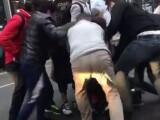 Momentul în care un hoț căzut la pământ este bătut cu sălbăticie de martorii jafului
