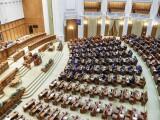 Aleșii dezbat și votează moțiunea de cenzură împotriva Guvernului. Parlamentarii PSD și ALDE au ieşit din sală