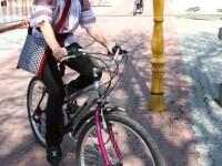 Elena Udrea, pe bicicleta, in ie si cu traista bucovineana! VEZI IMAGINI!