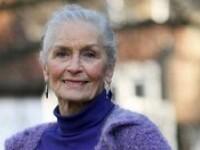 Cel mai batran fotomodel, Daphne Selfe, in lenjerie intima la 83 de ani. Totul in scop caritabil