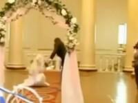 Mireasa goala in fata altarului si socrul mare cu pantalonii la glezne. Imagini cu nunti de cosmar