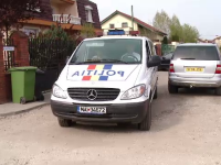 Patru barbati sunt cercetati dupa ce au batut un barbat, au distrus un bancomat si mai multe masini in centrul Clujului