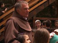 Oamenii sunt lumina! Povestea calugarului franciscan care a salvat 5.000 de copii din saracie si le-a oferit o familie