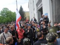 CRIZA DIN UCRAINA. Militanti prorusi au atacat sediul politiei in Lugansk. Kievul acuza fortele de ordine de tradare
