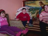 Drama a trei frati din Hunedoara, diagnosticati cu obezitate morbida si parasiti de mama.