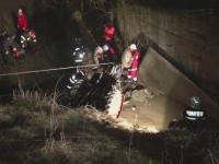 Un barbat a murit dupa ce a cazut cu tractorul intr-o rapa. Nepotul lui a scapat dupa ce a spart geamul