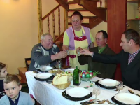 Catolicii au sarbatorit Pastele in familie. Gospodinele au pregatit mese imbelsugate, iar copiii au fost vizitati de iepuras