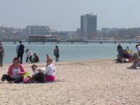 Turistii de pe litoral au iesit la plaja si au facut baie in mare. Faleza din Constanta a fost plina in a doua zi de Paste