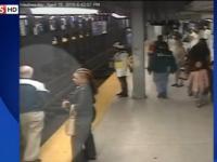 Momentul in care un barbat sare pe sinele de metrou sa salveze un calator care a cazut de pe peron. Totul a fost FILMAT