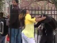 Bataie pe strada: o mama isi loveste fiul care a luat parte la violentele din Baltimore