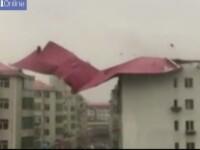 Acoperisul unui bloc, smuls in timpul unei furtuni. Localnicii au intrat in panica la vederea imaginilor