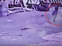 Momentul in care un baietel pacaleste moartea si se ridica dupa ce o masina a trecut peste el. VIDEO