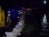 Inundatii puternice in judetul Brasov, dupa ce a plouat incontinuu 24 de ore. Un parau s-a revarsat pe un teren agricol