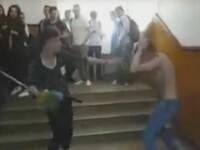 Ancheta dupa ce doi elevi de la cel mai bun liceu din Gorj s-au batut la scoala. Colegii lor au filmat scenele. VIDEO