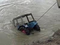 Operatiune dramatica pentru salvarea unui batran care a cazut cu tractorul in Somes. Pompierii l-au cautat mai bine de 5 ore