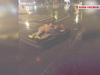 Imagini surprinse in timpul ploii torentiale care a paralizat Iasiul. Cativa tineri au iesit cu salteaua pneumatica pe strada