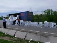 Zeci de masini de spalat cazute dintr-un TIR, in Vaslui, dupa un accident rutier. GALERIE FOTO
