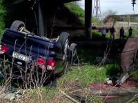 Din cauza vitezei, a cazut de pe pod pe sina de cale ferata. Ce s-a intamplat cand masina a atins liniile de inalta tensiune
