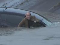 Strazile s-au transformat in rauri, in urma ploilor torentiale din Texas. Un reporter a salvat un sofer captiv sub apa