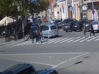 Un sofer incepator de 70 de ani a lovit o femeie si un copil pe trecerea de pietoni, in Dej. O camera a filmat momentul