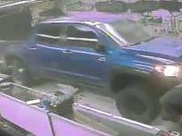 Magazin de arme, jefuit in 31 de secunde. Hotii au fost filmati cand au distrus fatada cu o masina