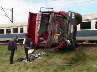 Accident grav in judetul Cluj. Soferul unei basculante a ajuns la spital dupa ce autoutilitara a fost lovita de tren