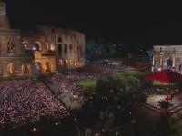 Pelerinaj la Colosseumul din Roma. Mii de catolici s-au rugat impreuna cu Papa Francisc