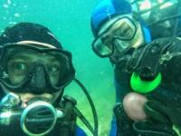 Oua rosii, ciocnite la patru metri sub apa. Imaginile surprinse de doi scafandri romani