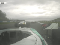 Accident infiorator la o cursa de Formula 4, transmis in direct la televizor. Doi tineri au fost raniti. VIDEO