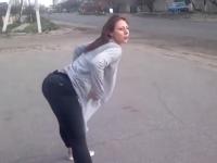 Dansul ei lasciv a provocat un grav accident de circulatie. Ce a patit un motociclist pentru ca a privit-o cateva secunde