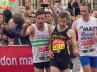 Imagini emotionante la maratonul de la Londra. Un concurent l-a ajutat pe un adversar epuizat sa treaca linia de sosire