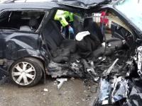 Trei morți și 7 răniți după ce 2 mașini s-au lovit frontal. Câțiva pasageri se întorceau de la biserică