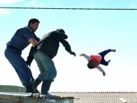 Momentul în care un tată își aruncă bebelușul de pe acoperiș. Cum a fost salvat